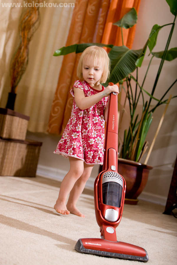 Lifestyle photography, small girl are cleaning house